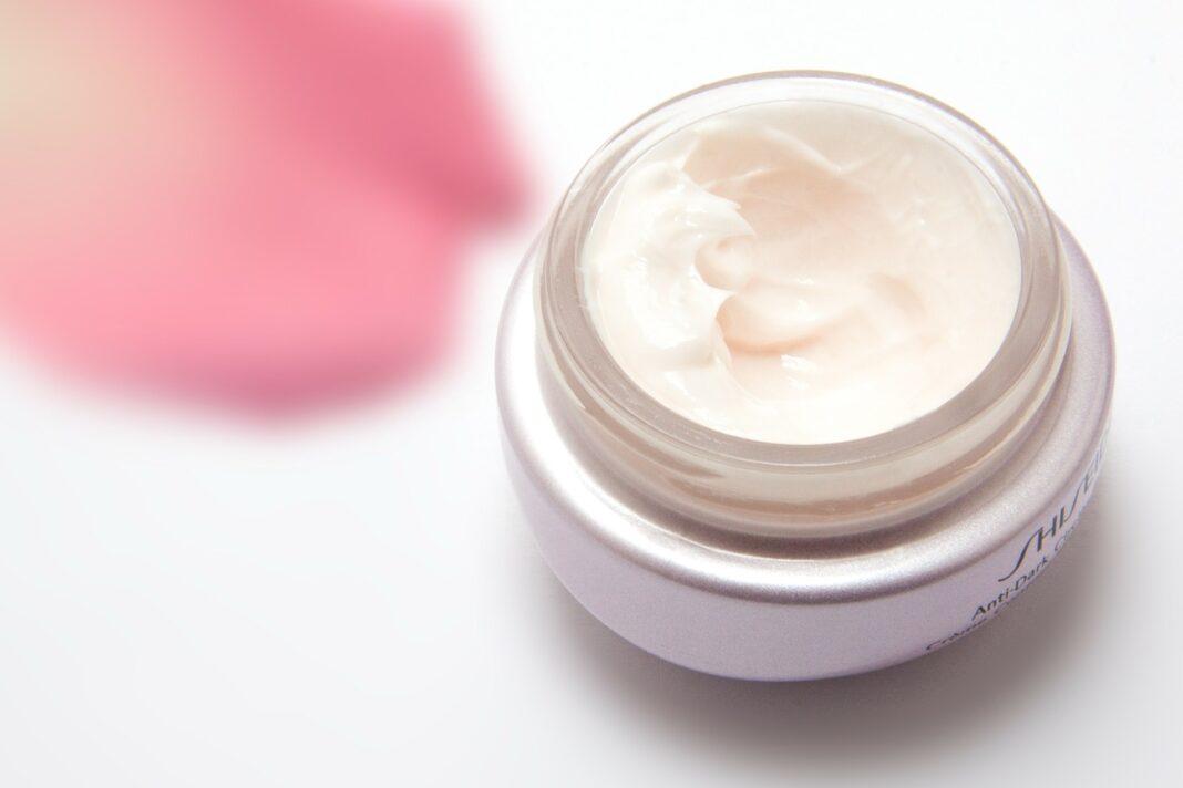 Come utilizzare la crema contorno occhi
